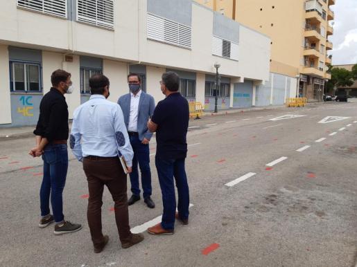 El alcalde de Palma, Jose Hila, y el concejal d'Educació i Política Lingüística, Llorenç Carrió, durante su visita este viernes al CEIP Felip Bauçà.