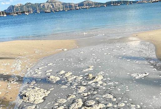 Uno de los vertidos documentados por los vecinos en las playas del Port. Foto: