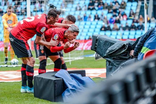 Los jugadores del Real Mallorca Ante Budimir, Salva Sevilla y Dani Rodríguez celebran un gol ante una cámara de televisión en el estadio de Balaídos en el partido disputado la pasada temporada ante el Celta de Vigo.
