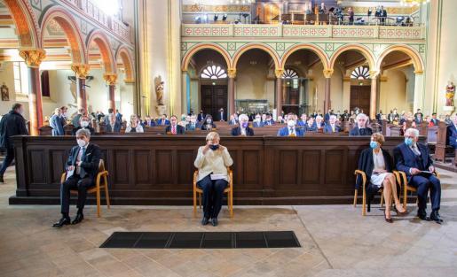 La canciller, Angela Merkel, el presidente del país, Frank-Walter Steinmeier, y el veterano político y presidente del Parlamento alemán, Wolfgang Schaeuble, en una ceremonia oficial de aforo reducido en la iglesia de San Pedro y San Pablo.