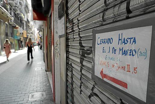 Tiendas vacías, negocios cerrados, calles sin apenas gente, y carteles de liquidación y 'se traspasa' copan las vías comerciales de Palma.