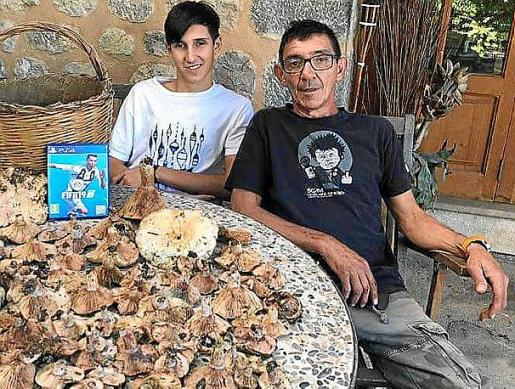 Pere Peñas con su hijo Pere, con una cosecha de hace dos años.