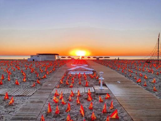 La playa de La Patacona del municipio valenciano de Alboraya ha amanecido este domingo con 53.000 banderas de España.