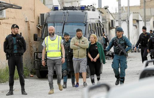 Agentes de la Guardia Civil custodian a dos detenidos en la 'operación Ludar' en el poblado de Son Banya en abril de 2018.