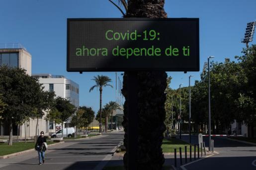 Una persona con mascarilla camina por el campus de la Universidad Politécnica de València.