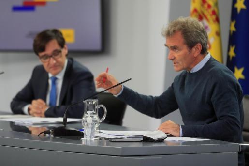 El ministro de Sanidad, Salvador Illa y el director del Centro de Coordinación de Alertas y Emergencias Sanitarias del Ministerio de Sanidad, Fernando Simón, durante la rueda de prensa ofrecida este lunes.
