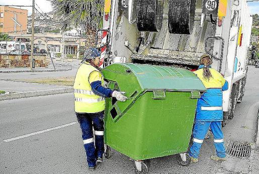 Imagen de dos operarias de Calvià 2000 recogiendo residuos.