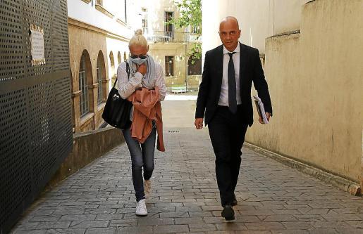 Renata Gocha y su abogado, Miguel Ángel Ordinas, en los juzgados de Palma.