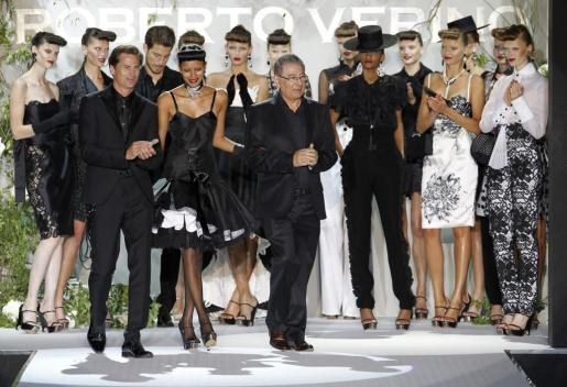 """Roberto Verino agradece el aplauso de modelos y asistentes a la Mercedes-Benz Fashionweek Madrid, tras finalizar el desfile de su colección """"El jardín de la pasión""""."""
