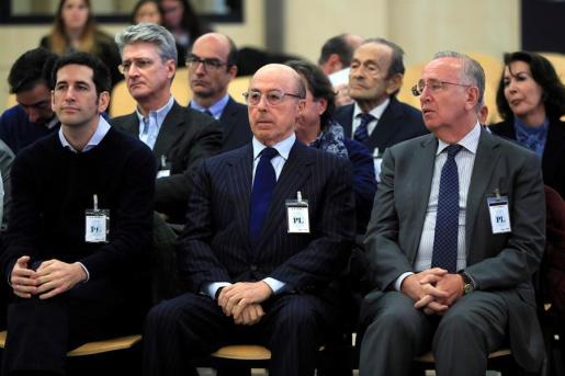 El antiguo presidente del grupo Pescanova Manuel Fernández de Sousa-Faro (d), sentado en el banquillo de la Audiencia Nacional en San Fernando de Henares (Madrid) junto a los máximos responsables de la empresa entre 2009 y 2013.