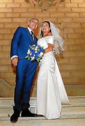 Los novios, Teo Martín y María Rosa Salinas, recién casados.