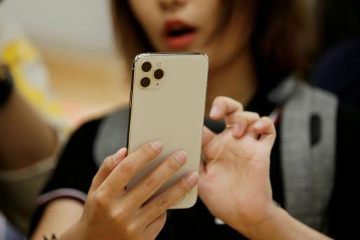 Una mujer utilizando un iPhone 11 Pro Max.