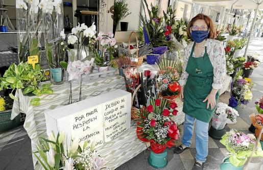 Mercedes Zoroa, de Flores Mercé, lleva 50 años en el puesto y nunca habían vivido tanta incertidumbre.