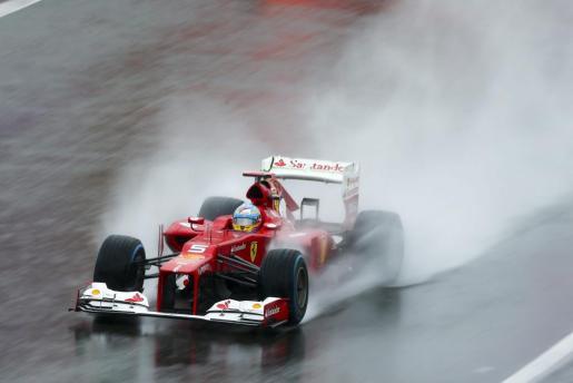 El conductor español de Ferrari, Fernando Alonso, participa en los segundos entrenamiento libre para la carrera de Spa-Francorchamps.