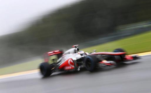 El piloto británico de Fórmula Uno Jenson Button, de McLaren, conduce su monoplaza durante una sesión de entrenamiento en el circuito Spa-Francorchamps en Bélgica.