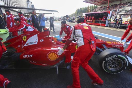 El español Fernando Alonso (Ferrari), líder del Mundial de Fórmula Uno, en la calle de garajes durante el tercer entrenamiento libre.