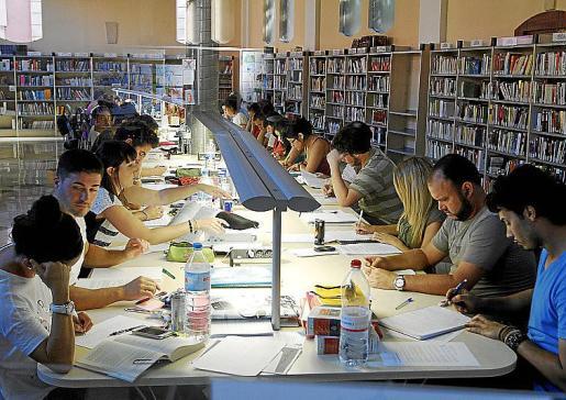 Los estudiantes preparan los exámenes de septiembre en las bibliotecas y salas de estudio.