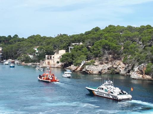 Imagen de la patrullera de la Guardia Civil y la embarcación de Salvamento Marítimo en la zona de Cala Figuera.
