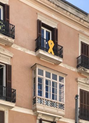 Més per Mallorca ha colgado un lazo amarillo para rechazar la inhabilitación de Quim Torra.