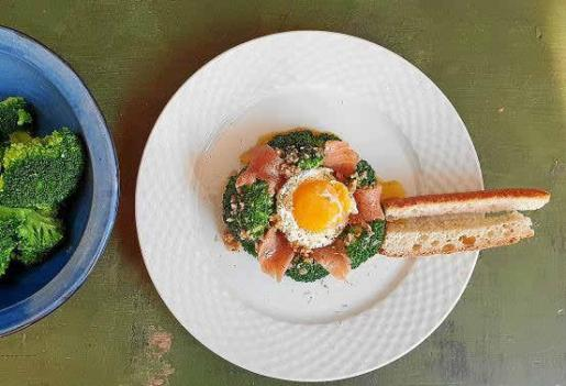 Huevos escalfados con brócoli para cuatro personas.