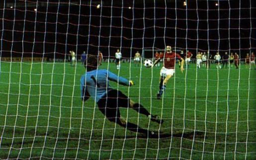 Panenka ejecuta su famoso penalti.