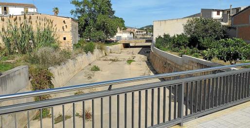 imagen del torrente a su paso por el pueblo, en la calle Major. El Ajuntament ha actuado en diferentes puntos críticos de la localidad.
