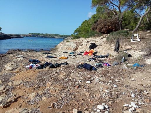 Restos de ropa en la zona donde ha desembarcado una de las pateras de la jornada.
