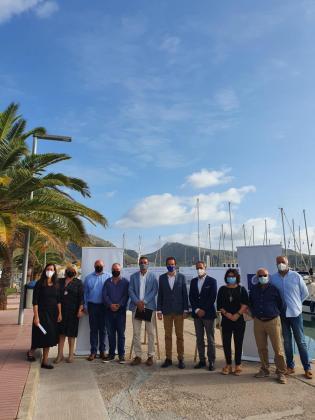 El conseller de Movilidad y Vivienda, Marc Pons, acompañado por el director general de transporte aéreo y marítimo, Xavier Ramis; el alcalde de Pollença, Bartomeu Cifre; y la gerente de Ports IB, Cristina Barahona, ha presentado la nueva inversión.