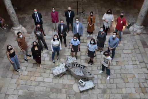 Ganadores de Foto Jove junto a autoridades posando en en el Casal Solleric.