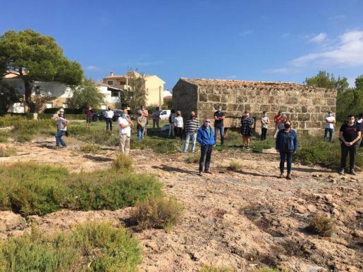 Medio centenar de vecinos de Alcúdia se manifestaron este jueves en la playa de Es Corral d'en Bennàssar, en el área donde está proyectado el 'beach club', para mostrar su rechazo al proyecto.