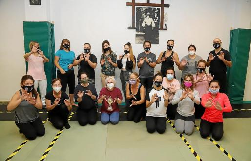 Las participantes, en el centro Dojo Tsugaku, en Palma, donde aprenden golpes básicos y técnicas defensivas, entre otras actividades.
