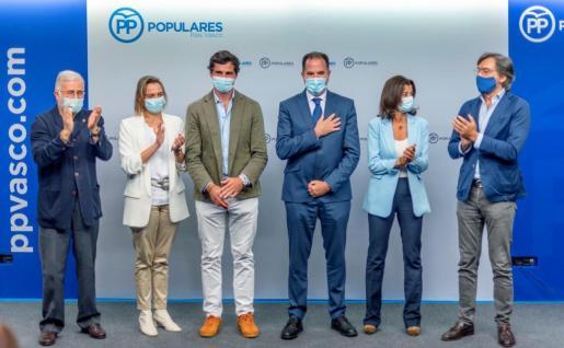La junta directiva regional del PP vasco se ha reunido para elegir a Carlos Iturgaiz (3d), como nuevo presidente de la formación.