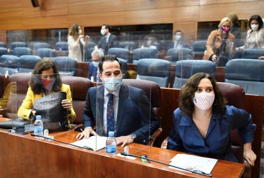La presidenta regional, Isabel Díaz Ayuso, junto al vicepresidente, Ignacio Aguado, y la consejera de Presidencia, María Eugenia Carballedo, al inicio del pleno de la Asamblea de Madrid.
