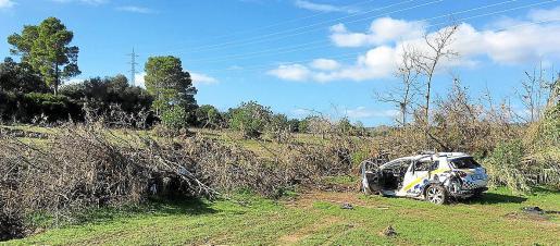 Un vehículo policial en Son Carrió, tras ser arrastrado por la torrentada de octubre de 2018.