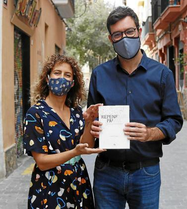 Marta Terrasa y Antoni Noguera, con el libro.