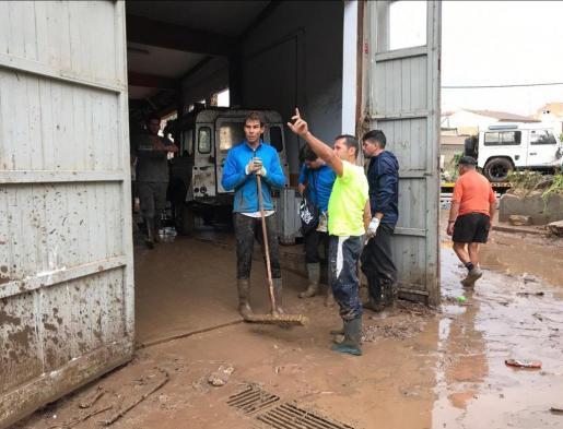 Imagen de Rafael Nadal, trabajando en las labores de limpieza de Sant Llorenç tras la riada.