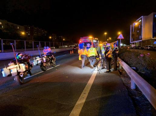 El Samur actuando en otro sucesos acaecido la pasada noche en Madrid. Un hombre de 53 años resultó herido grave tras ser atropellado por un turismo mientras cruzaba la autovía de circunvalación a la altura del Puente de Vallecas.