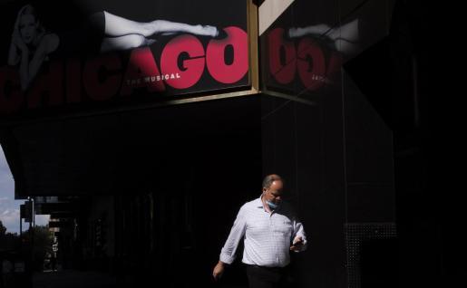 Un hombre camina por los teatros cerrados de Broadway, cerca de Times Square en Nueva York.