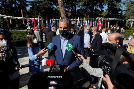 El secretario general de VOX, Javier Ortega Smith, realiza declaraciones ante los medios tras un acto conmemorativo del Día de la Fiesta Nacional.