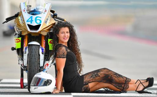 La joven, posando sobre el asfalto del circuito de velocidad en Navarra, donde mañana se disputa el campeonato de Yamaha R6 Cup.