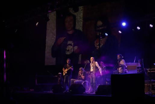 Momento del homenaje al músico Toni Reynés, que se ha llevado a cabo en Ses Voltes.