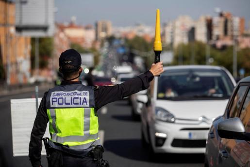 Agentes de la Policía Nacional en un control en la Nacional V, este viernes a mediodía, para vigilar el cumplimiento de las restricciones a la movilidad impuestas por el estado de alarma que ha decretado el Gobierno.