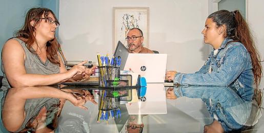 Imagen de los profesionales que gestionan el servicio de la vivienda en Estel de Llevant durante una reunión.