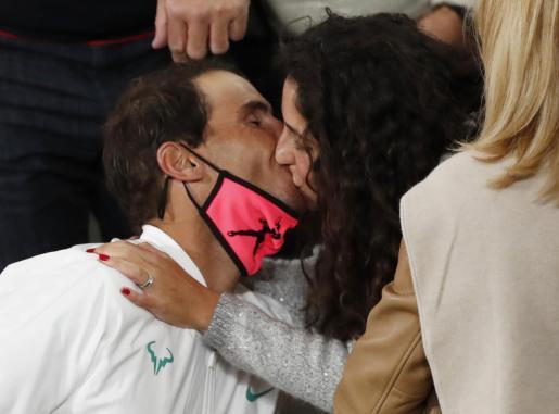 Nadal besa su mujer, María Francisca Perelló, tras la final.