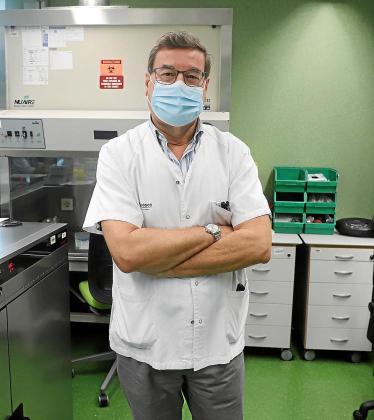 El virólogo Jordi Reina, en el laboratorio de Microbiología de Son Espases.