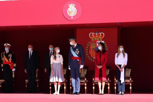 El rey Felipe junto a la reina Letizia, la princesa Leonor (i) y la infanta Sofía (d) durante el acto organizado con motivo del Día de la Fiesta Nacional, en Madrid este lunes.