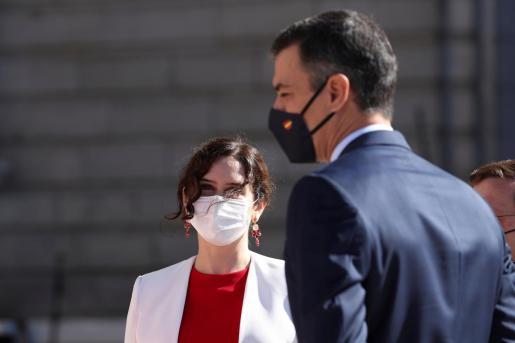 El presidente del Gobierno, Pedro Sánchez (d) junto a la presidenta de la Comunidad de Madrid, Isabel Díaz Ayuso, durante su frío saludo.