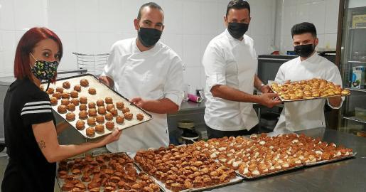 El equipo de Pastelería Ángel, con Ángel Cortés al frente (segundo por la derecha), elabora una gran variedad de buñuelos de crema, chocolate, nata...