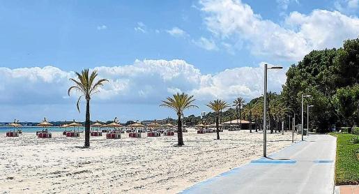 La playa de Alcúdia, prácticamente desierta de bañistas, mantendrá hamacas hasta finales de octubre.