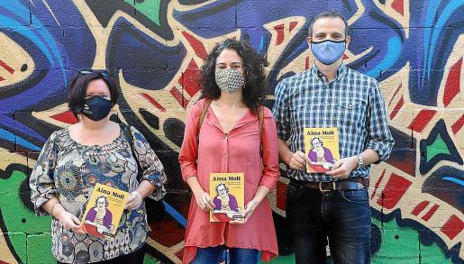 Pilar Arnau, Margalida Vinyes y Llorenç Carrió, con el nuevo cómic.